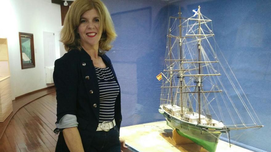 Carmen Concepción junto a la maqueta de La Verdad en el Museo Naval.