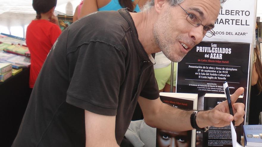 Carlos Felipe Martel firmando ejemplares de su exitosa novela 'Los Privilegiados del Azar'.