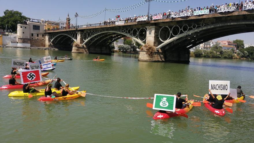 En su parada en Sevilla han escenificado la ruptura de fronteras en el río Guadalquivir /Foto: C.P.A.
