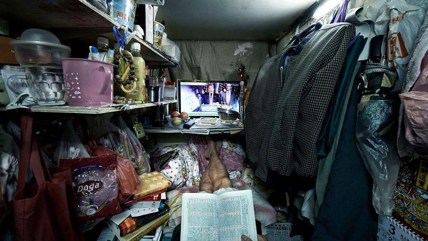 """Fotografía de Benny Lam de su serie """"Atrapados"""" para National Geographic donde documenta infraviviendas en Hong Kong."""