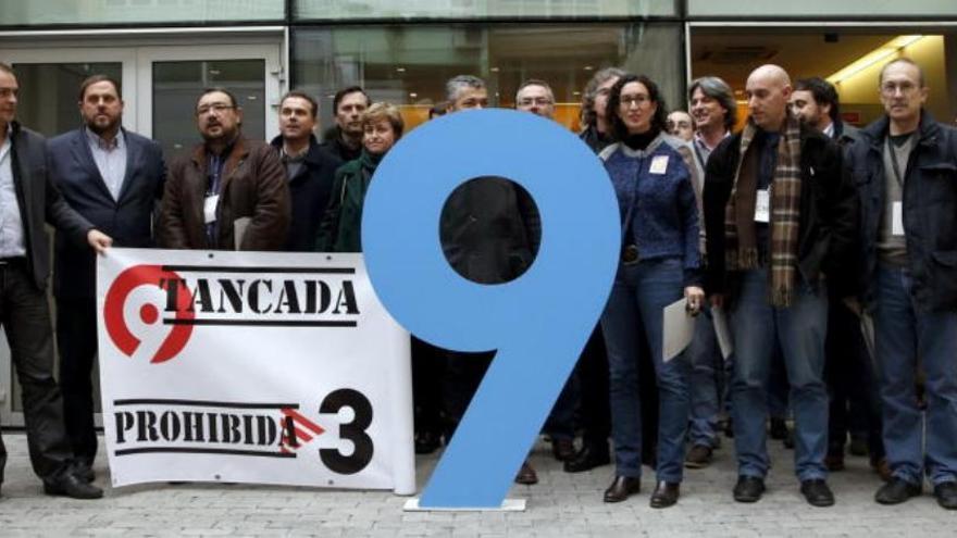 El presidente de ERC (2i) posa con pancartas de protesta por el cierre de la televisión pública valenciana Canal Nou. (EFE)