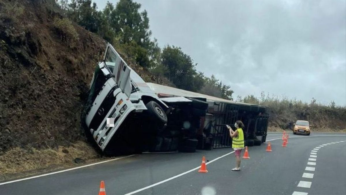 Imagen del camión volcado  este miércoles en la carretera de La Cumbre (LP-3)