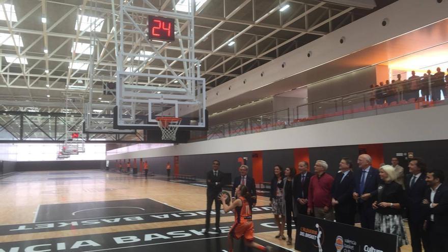 Una jugadora de la escuela hace una demostración ante Juan Roig, Ximo Puig y Joan Ribó, entre otros.