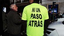 Un taxista en huelga junto a un pensionista en la calle Atocha, Madrid.