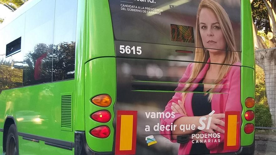 propaganda de Podemos en una guagua de Titsa