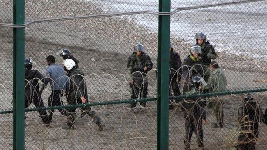 Varios inmigrantes entran en Ceuta tras bordear un espigón fronterizo en una imagen de archivo de febrero