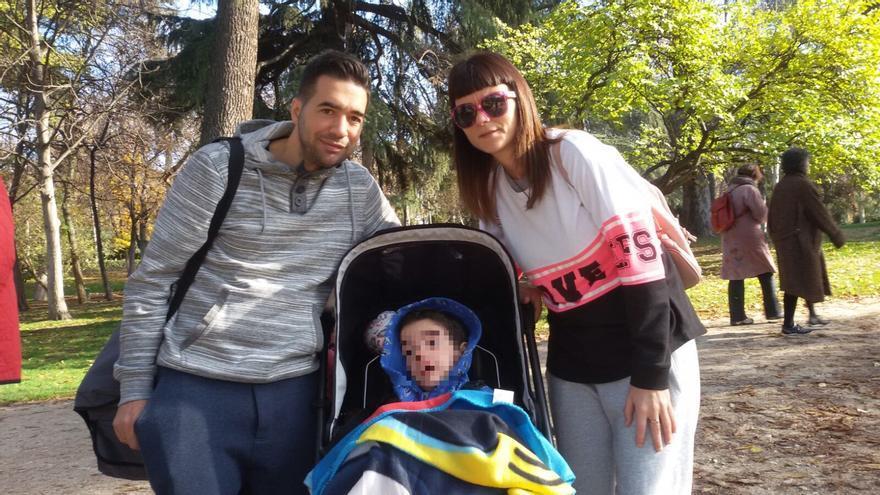 Adrián, afectado por daño cerebral adquirido, junto a sus padres