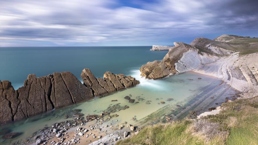 La Playa de la Arnía tiene una de las formas litorales más reconocibles de la Costa Quebrada.