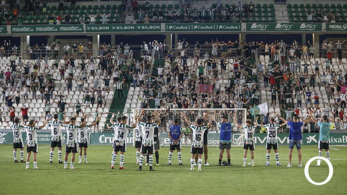 Los jugadores celebran el triunfo con la afición