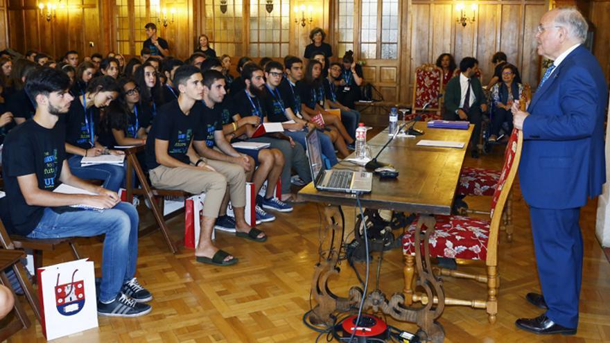 Alumnos de la beca 'Ortega y Gasset' escuchando una de las charlas.   UIMP