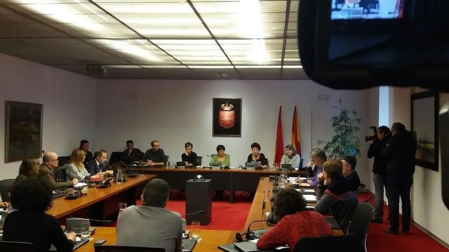 """Familiares de los detenidos en Alsasua se sienten """"indefensos"""" y piden la """"ayuda"""" del Parlamento foral"""