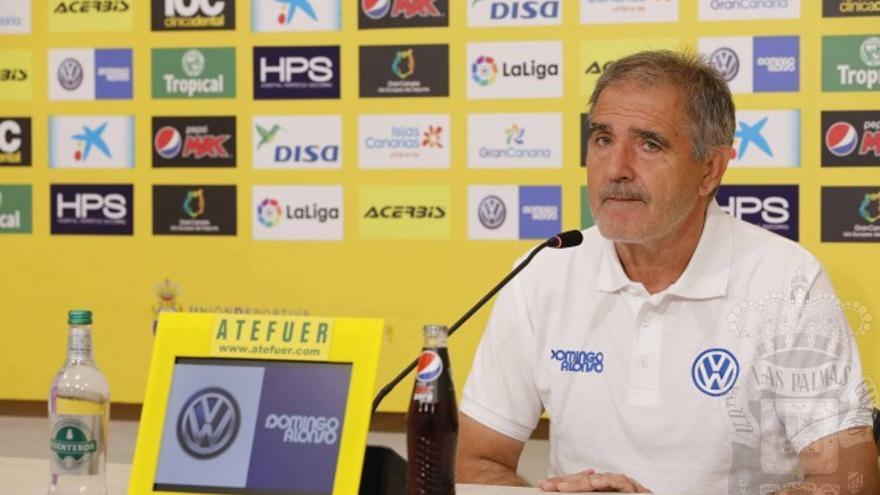 Paco Herrera atiende a los medios de comunicación antes de emprender viaje a tierras gallegas para afrontar el partido ante el Lugo. UD Las Palmas