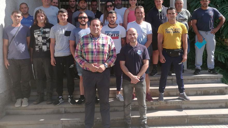 Basilio Pérez y los alumnos que realizarán el curso.