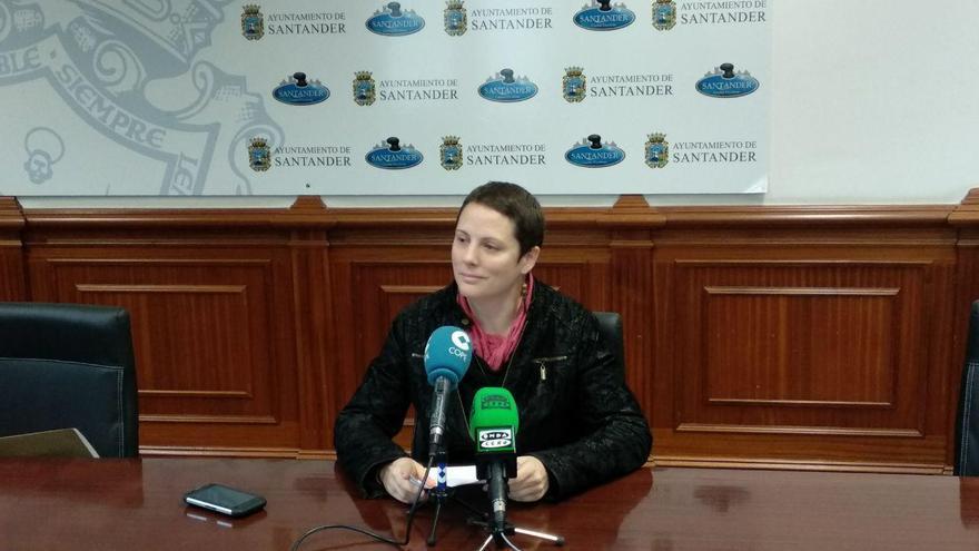 La edil de Ganemos Santander, Tatiana Yáñez, en rueda de prensa.  RUBÉN ALONSO