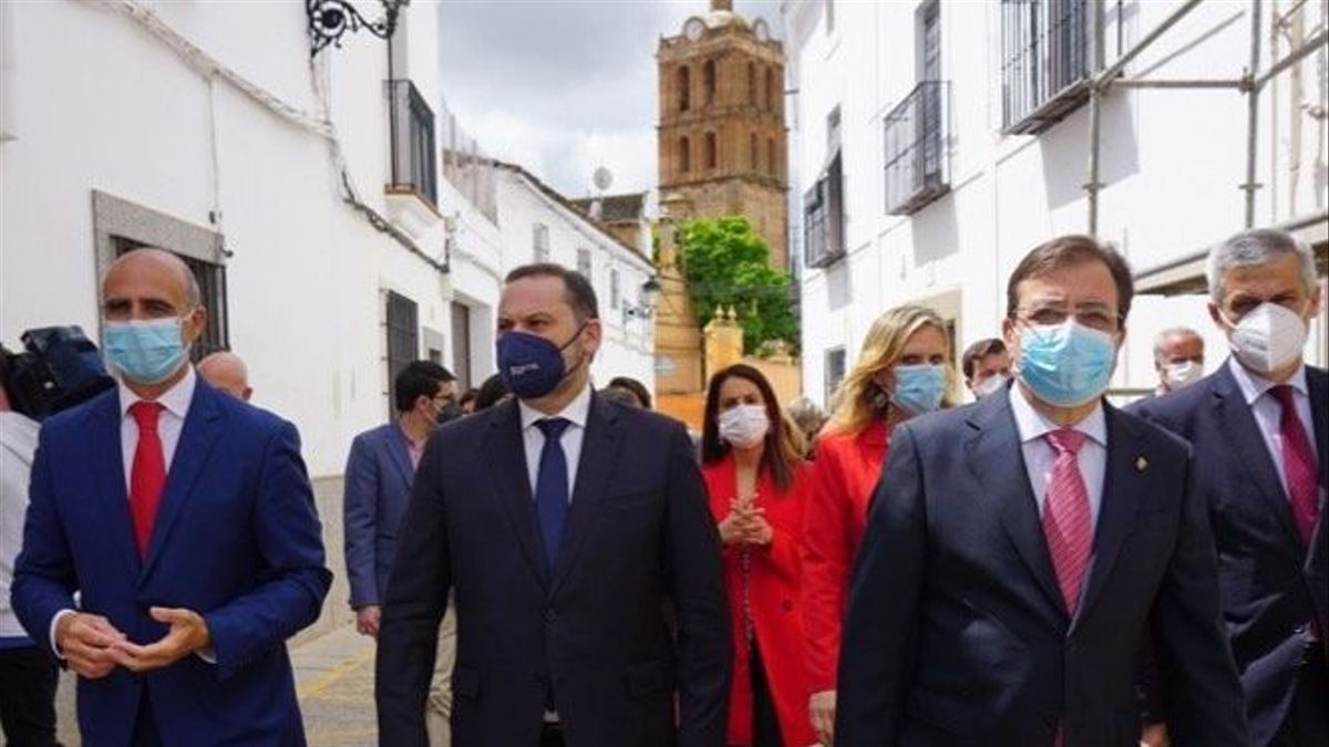 José Carlos Contreras (alcalde), José Luis Ábalos (ministro) y Guillermo Fernández Vara, este jueves en Zafra