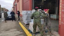 Miembros de la policía y el Ejército, en la operación donde se requisó todo el material sanitario en la nave de Oxidoc en Alaquàs.