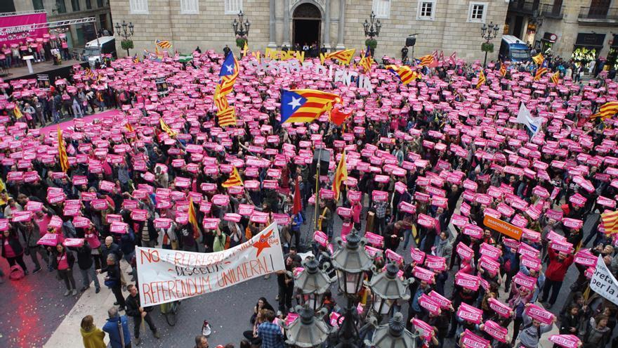 La plaza Sant Jaume de Barcelona se ha teñido de rosa en el acto de la CUP por la desobediencia