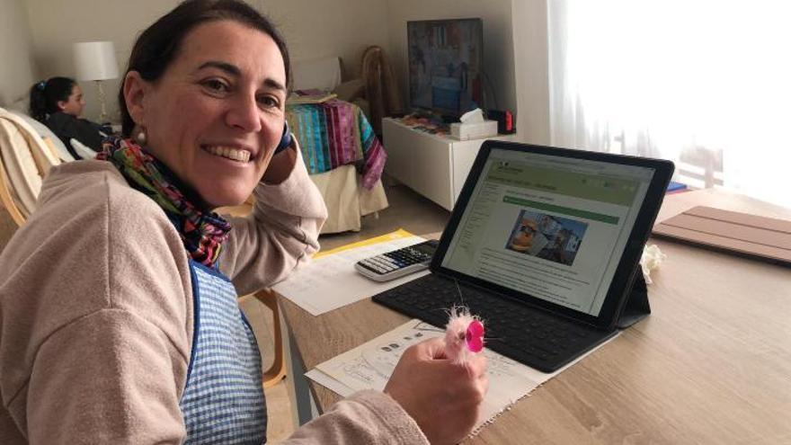 La profesora Débora García Fortes da clase desde su casa.