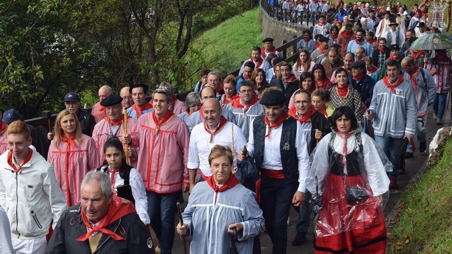Zuloaga sube en albarcas a San Cipriano para mostrar el apoyo del PSOE a que sea Fiesta de Interés Turístico Nacional