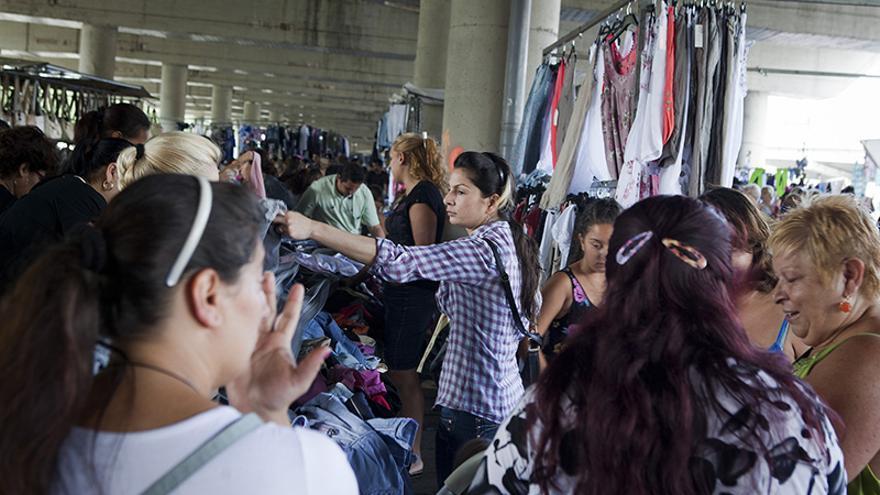 Mujeres buscando una ganga en Merca Badalona