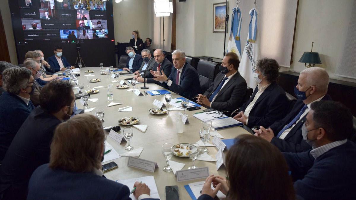 El encuentro fue en modo presencial y asistieron los presidentes de la Sociedad Rural (SRA), Nicolás Pino; Coninagro, Elbio Laucirica; Federación Agraria (FAA), Carlos Achetoni; y Confederaciones Rurales (CRA), Jorge Chemes.