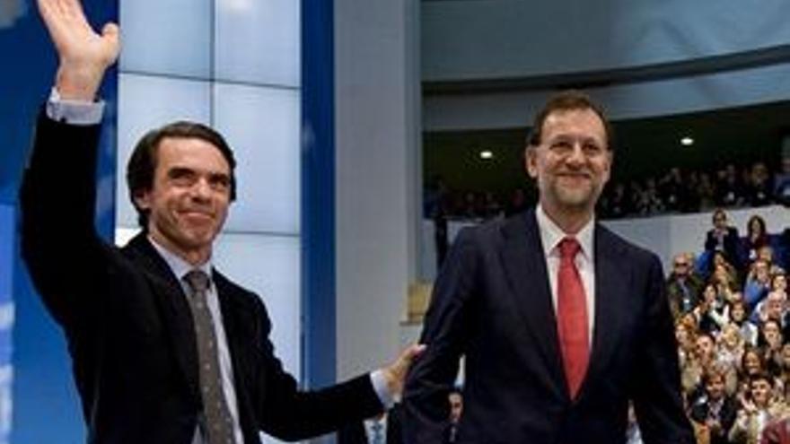 Rajoy y Aznar, en la convención del PP en Sevilla. (EP)