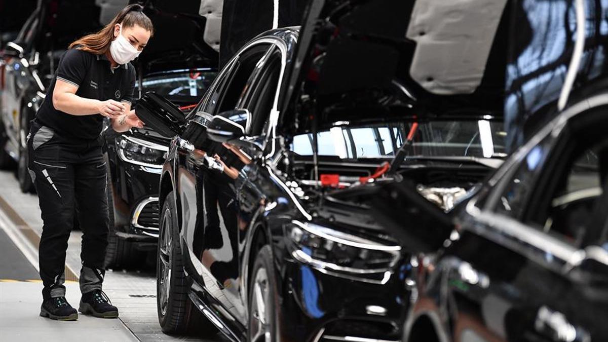 Una trabajadora alemana ensambla un Mercedes Clase S.