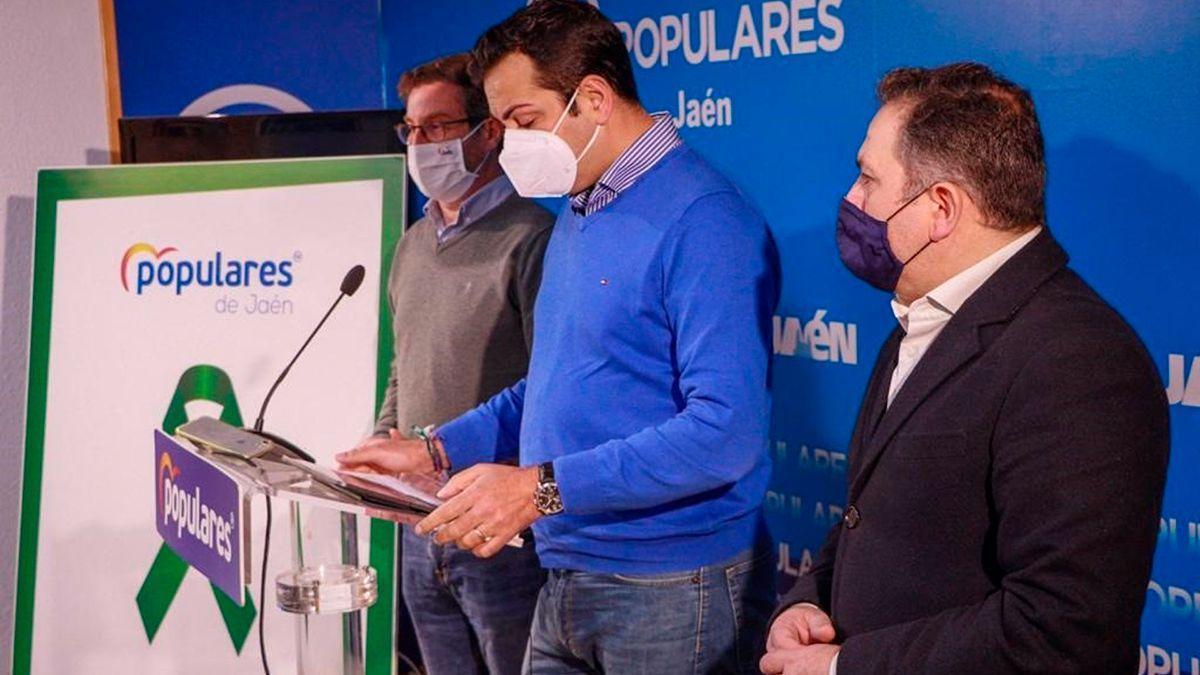 Juan Diego Requena (c), junto a Miguel Contreras y Francisco Palacios, en la sede del PP en Jaén.