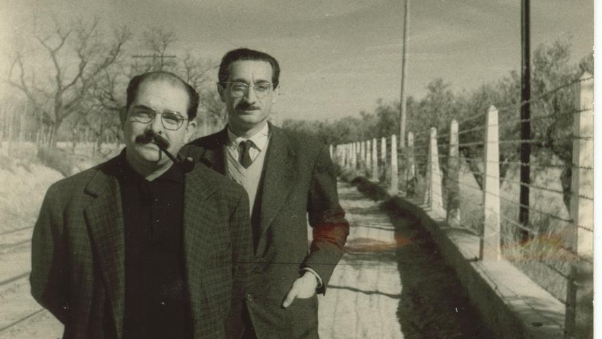 Joan Fuster i Vicent Ventura en un viatge a Alacant, el 1960.