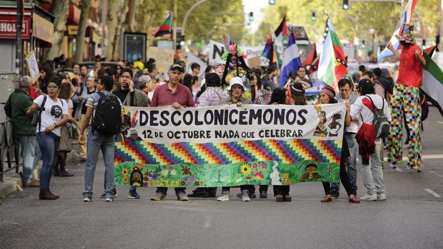 Una de las pancartas de la manifestación anticolonialista en Madrid el 12 de octubre de 2018. OLMO CALVO.