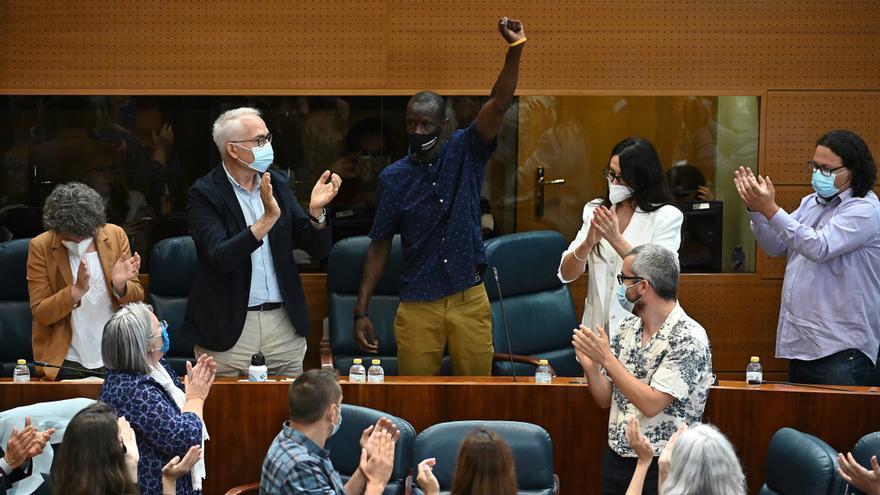 Diputados de la Asamblea de Madrid aplauden al diputado de Podemos Serigne Mbaye durante la investidura de Isabel Díaz Ayuso.