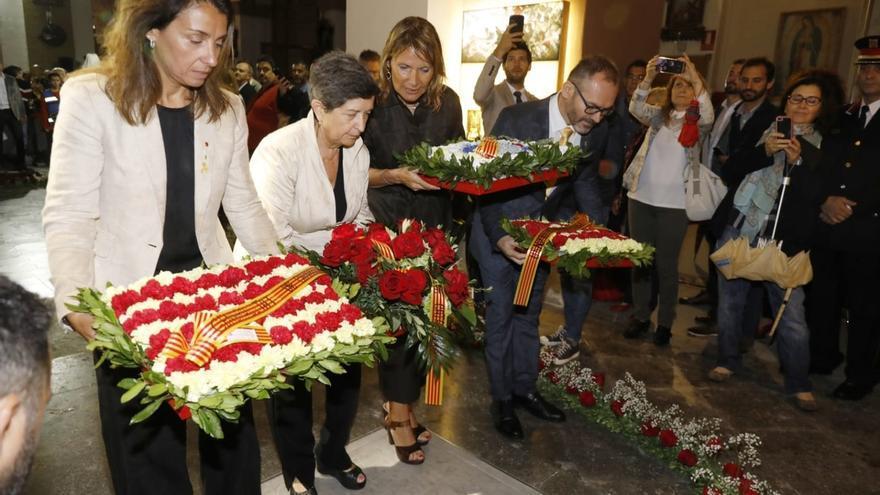 Cunillera, Budó y Costa hacen juntos una ofrenda en la tumba de Casanova