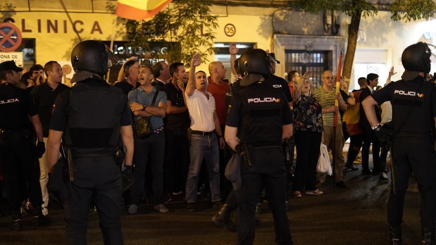 Manifestantes franquistas frente a la sede del PSOE / OLMO CALVO