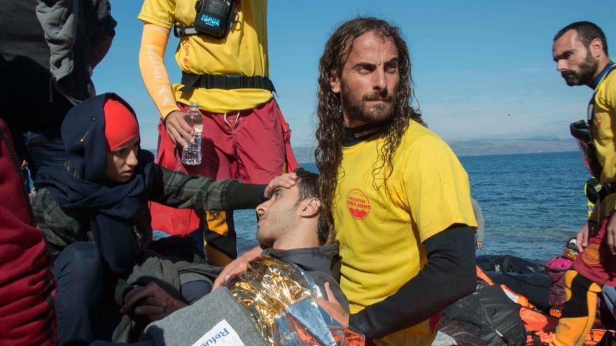 Un socorrista catalán de la organziación Pro activa atiende a un joven enfermo a su llegada a la costa / Juan Carlos Mohr