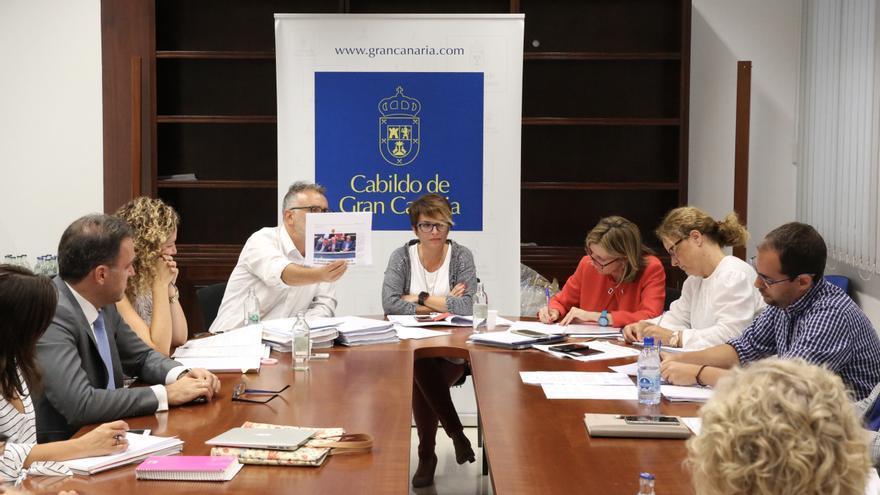Ángel Víctor Torres le muestra un recorte de prensa a Miguel Montero en la Comisión del Pleno de Política Social, Cultura, Deportes e Igualdad