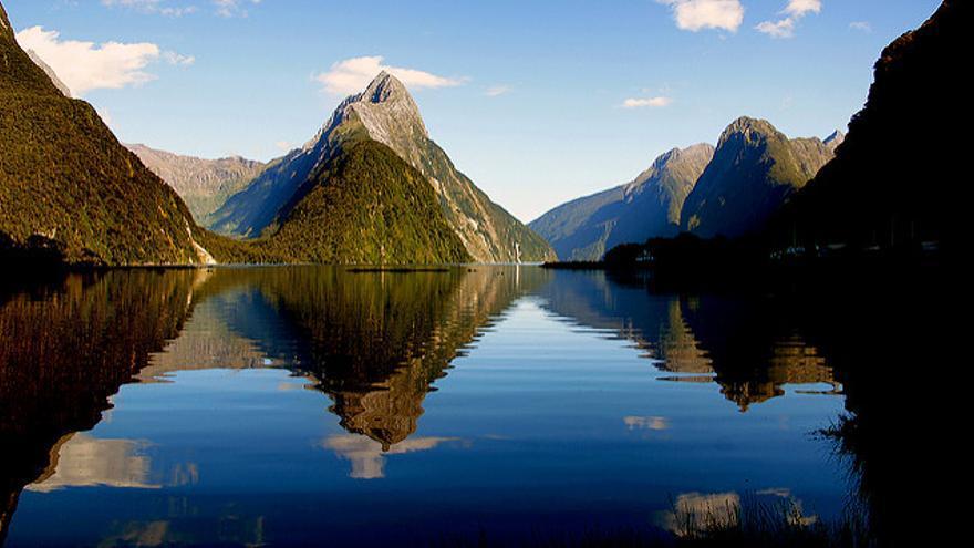 Las aguas tranquilas de Milford Sound, en Fiordland, reflejan las montañas que forman el fiordo más famoso de Nueva Zelanda. Bernard Spragg