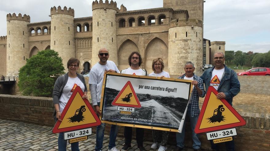 Los afectados protestan por el estado de la carretera de Apiés ante las Cortes de Aragón