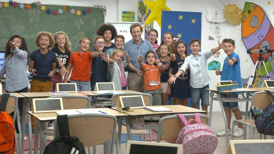 El alcalde de Madrid, José Luis Martínez Almeida, posando con los niños del colegio al que fue a visitar