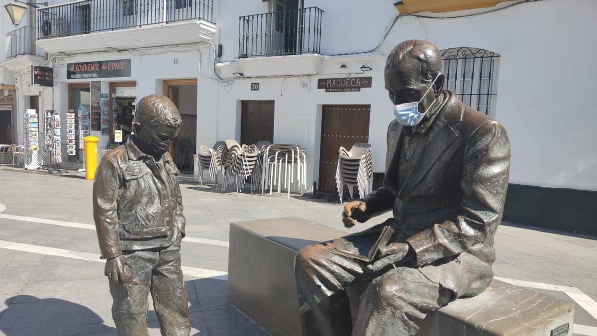 Plaza de Conil. Hasta las estatuas llevan mascarillas.