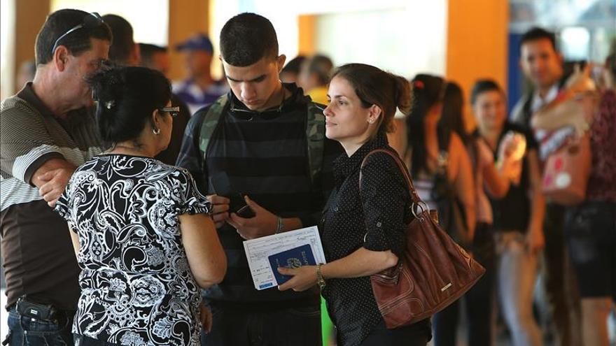 Médicos cubanos necesitarán autorización para viajar por asuntos particulares