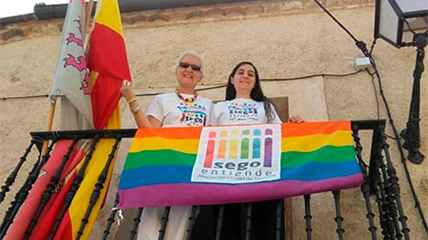 Ana y Gema en el balcón del Ayuntamiento de Encinillas (Soria) el año pasado.
