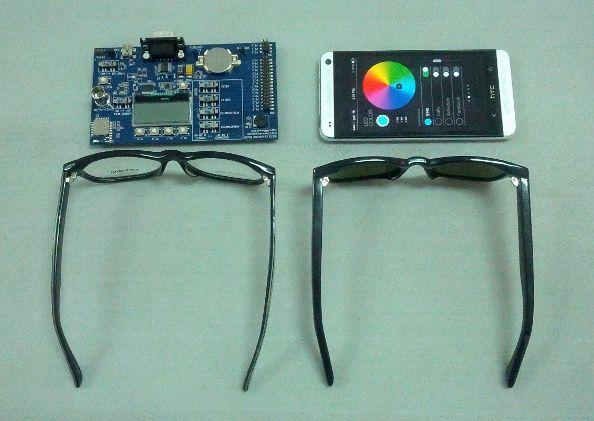A la izquierda, unas gafas normales; a la derecha, unas Ion Glasses. Sólo la patilla es un poco más gruesa. Arriba a la izquierda, primer software de las gafas, que han conseguido reducir hasta incrustarlo en ellas. Foto: Somos Malasaña
