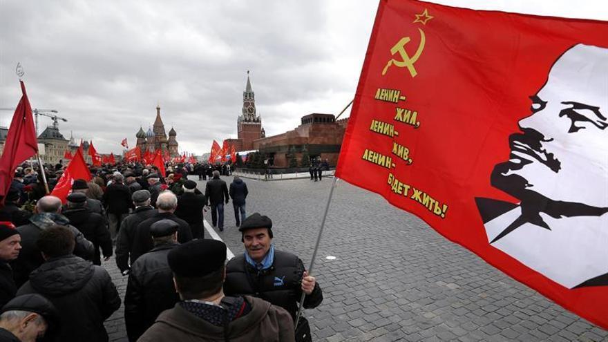 Los comunistas defienden la momia de Lenin con una marcha en la Plaza Roja