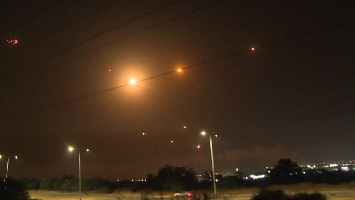 Al aumentar su potencia de fuego contra Israel multiplicando los lanzamientos sucesivos o simultáneos de cohetes desde la Franja de Gaza, Hamas consigue abrir y aprovechar una brecha en el sistema antimisiles israelí y causar mayor impacto y destrucción.