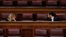 El líder del PP, Pablo Casado, conversa con la portavoz del partido, Cayetana Álvarez de Toledo, en un Pleno del Congreso.