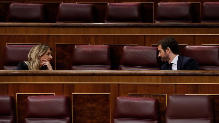 El líder del PP, Pablo Casado (d), conversa con la portavoz del partido Cayetana Álvarez de Toledo (i) durante el pleno del Congreso este miércoles donde se autorizará otra prórroga del estado de alarma solicitada por el Gobierno