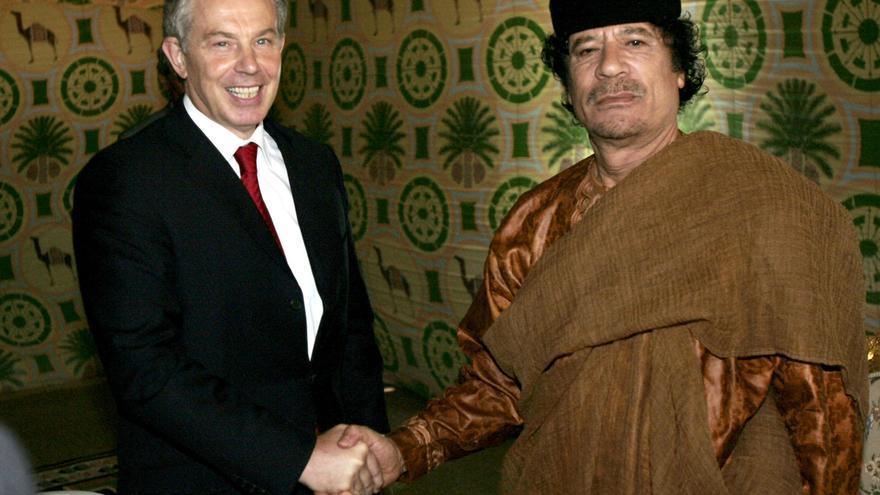 Tony Blair y Muammar Gaddafi durante una reunión en Trípoli en 2007/ AP Photo: Leon Neal