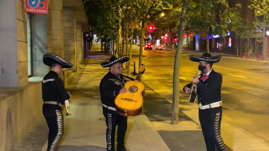 Un grupo de mariachis llega a la sede de Ciudadanos tras su desplome al quedarse fuera de la Asamblea