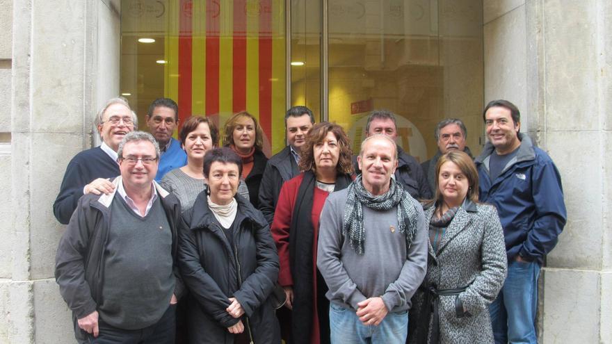 UGT Baleares escenifica su rechazo a la Ley de Símbolos y cuelga una senyera en la fachada de su sede en Palma
