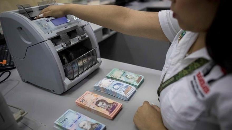 Pese a la hiperinflación, el bolívar sigue existiendo y las cuentas de los venezolanos siguen oficialmente en esa moneda aunque el dólar ya es la unidad de medida de referencia para calcular los precios.